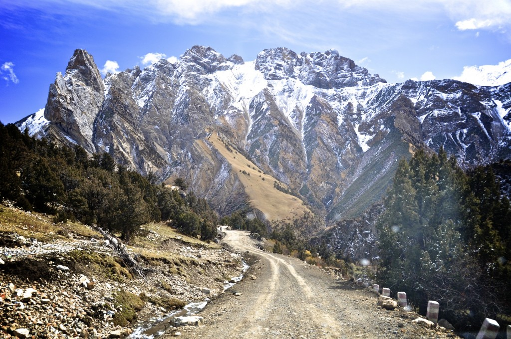 Rough road with amazing views near Dana Monastery རྟ་རྣ་དགོན་